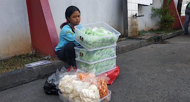 Bantu Dewi Siswi SMP Penjual Bakpau